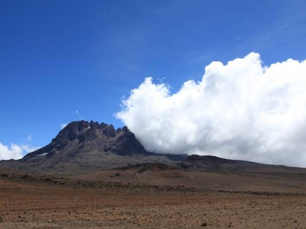 Пик Мавензи 5149 м., второй пик Килиманджаро. Проходим мимо, бодро решив на обратном пути ближе подойти. Не стоит говорить, что мы этого в последствии не сделали.